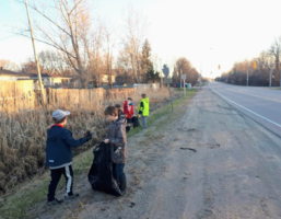Scouts pitch in, clean up local neighbourhoods (3 photos)